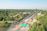 Trvající komplikace na D11 u Prahy: Dálnice u Horních Počernic zůstává uzavřená kvůli demolici mostu