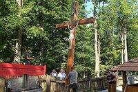 Vypálený kostelík v Gutech už má nový kříž: Ten původní zčernal, ale oheň přečkal