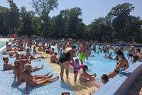 Dovolenkáři na Slovensku: Tlačenice v bazénu, záplava Čechů, vedro i kontroly na hranicích
