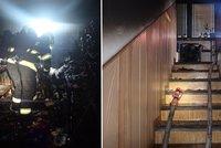 Požár rodinného domu v Želechovicích odřízl paní na balkoně: Museli ji zachraňovat hasiči!