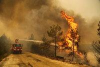 Požáry sužují Turecko: Evakuace tisíců turistů z Antalye, hotely obklíčily plameny