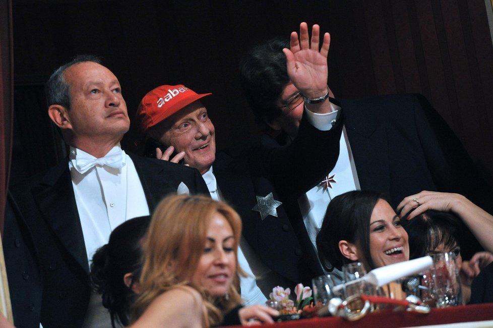 Bývalý pilot Formule 1 Niki Lauda dorazil na ples v červené kšiltovce