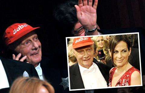 Niki Lauda dorazil na ples se svou manželkou Birgit. Nezapomněl si vzít svou oblíbenou kšiltovku