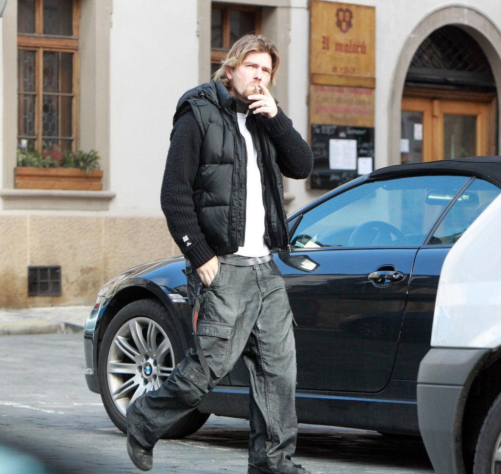 Čadek přichází ke svému BMW. Jak zahlédne fotografy, tak odejde pryč.