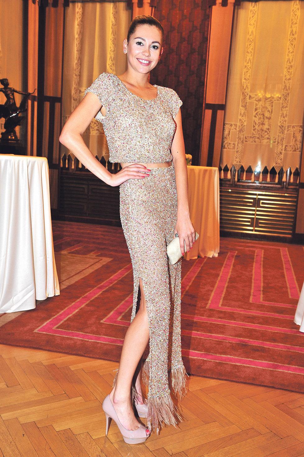 Modelka Hana Svobodová se oblékla od hlavy až k patě do modelů od Beaty Rajské. Šaty od Beaty Rajské za 42 000 Kč, Psaníčko od stejnojmenné návrhářky za 7000 Kč a boty od Rajské za 6000 Kč