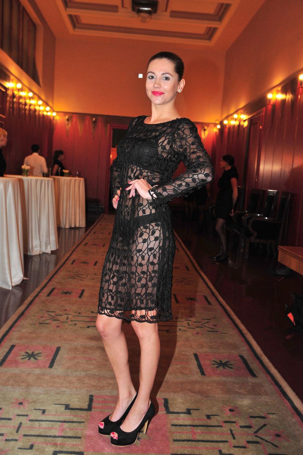 Modelka šokovala přítomné hosty svým outfitem