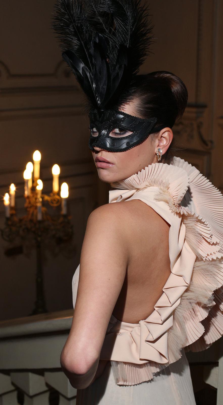 Česká modelka schovává svou tvář za maškarní škrabošku