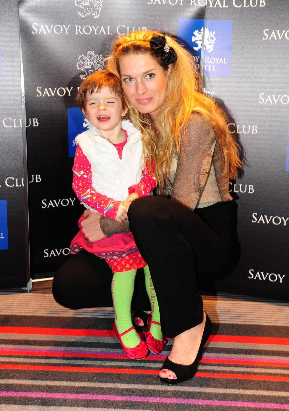 Olga Menzelová s dcerou Annou Karolínou.