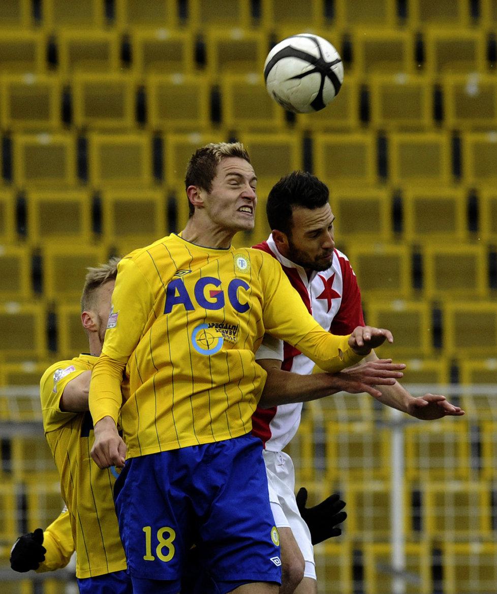 V popředí hlavičkující teplický David Jablonský a za ním Jan Vošahlík ze Slavie Praha, střelec úvodní branky zápasu. Utkání v Teplicích nakonec skončilo 1:1