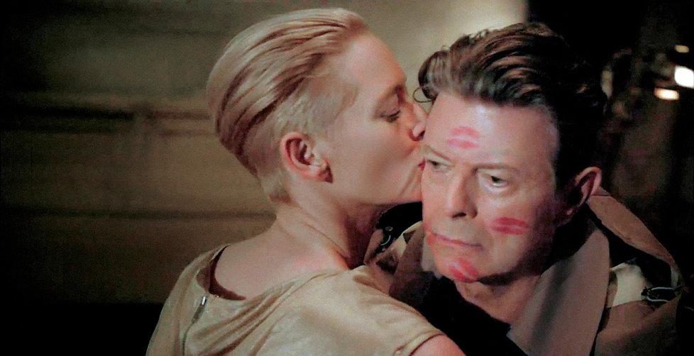 "Kesvému comebackovému albu natočil David Bowie klip, vněmž mu je svéráznou manželkou jeho ""dvojče"", Tilda Swintonová"