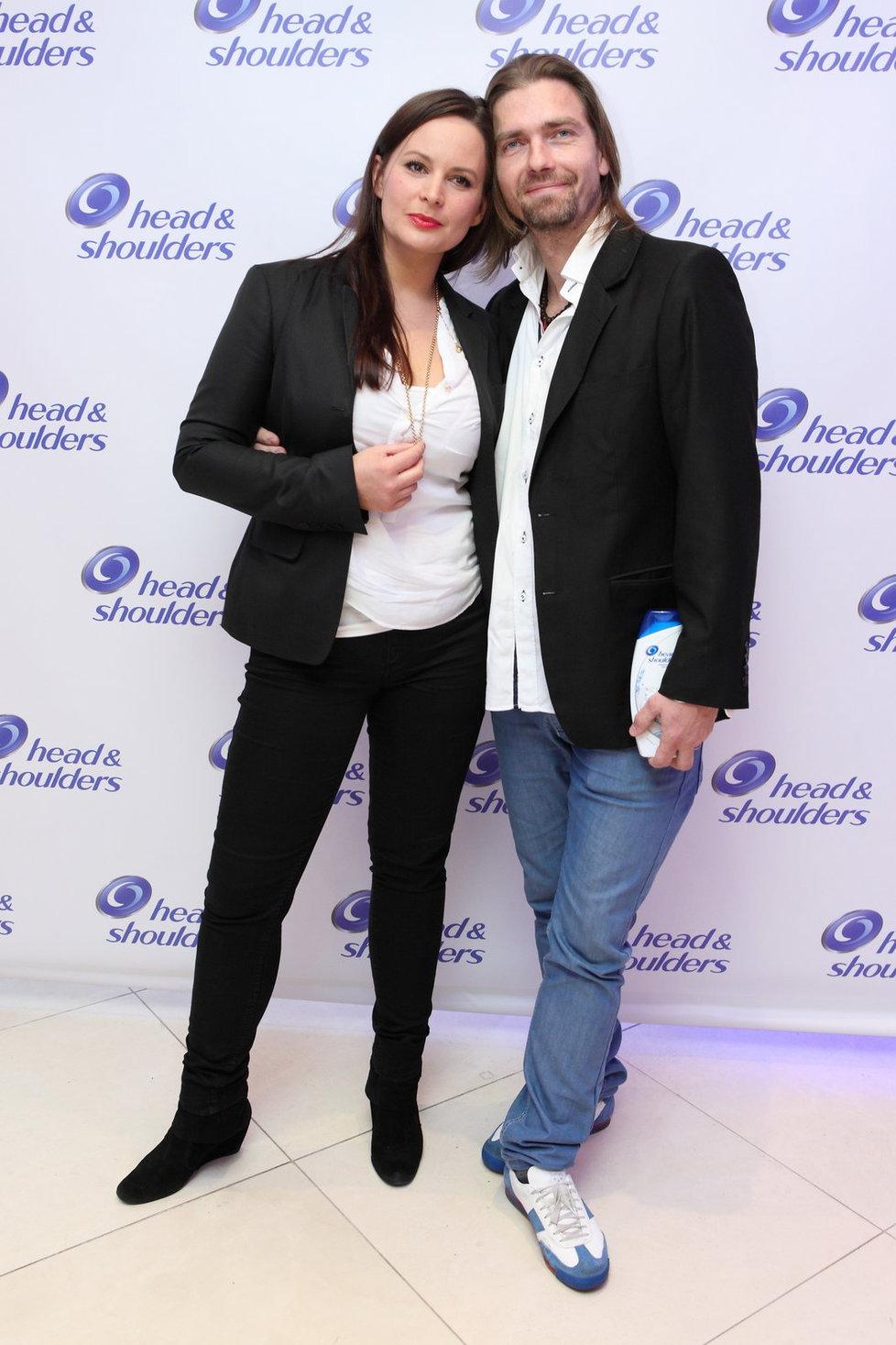 Jitka Čvančarová se se svým partnerem Petrem Čadkem sladili do bíločerné kombinace.