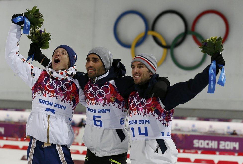 Zleva stříbrný český biatlonista Ondřej Moravec, vítěz Martin Fourcade a bronzový Jean Guillaume Beatrix