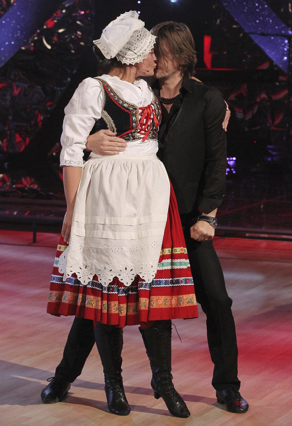 Taneční i životní partner Petr Čadekpak dal Jitce pusu a to jí vrátilo dobrou náladu.