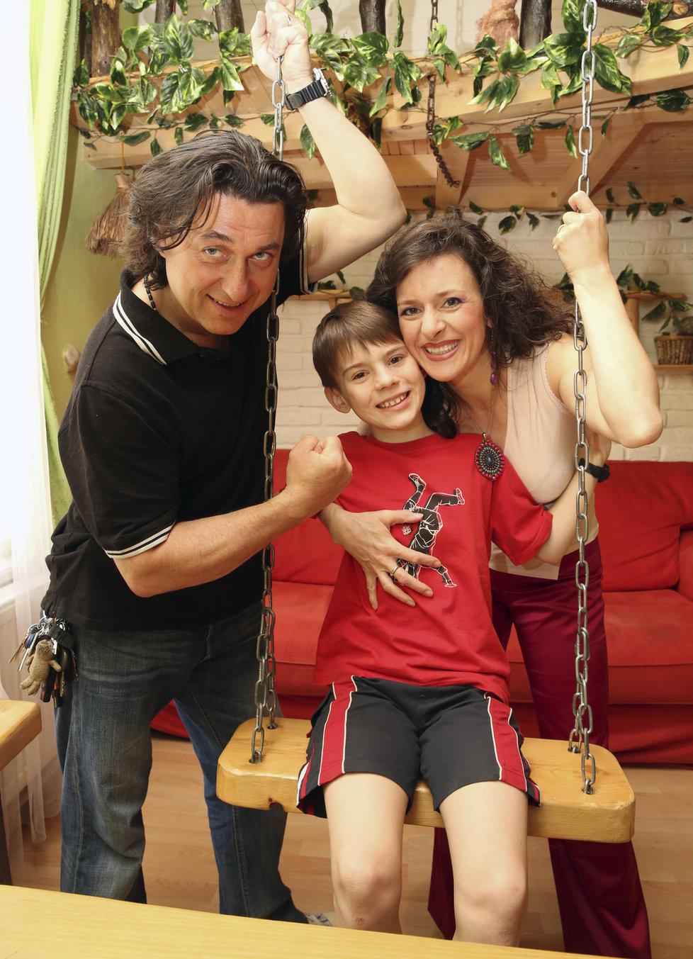 Filip Antonio s tatínkem a maminkou.