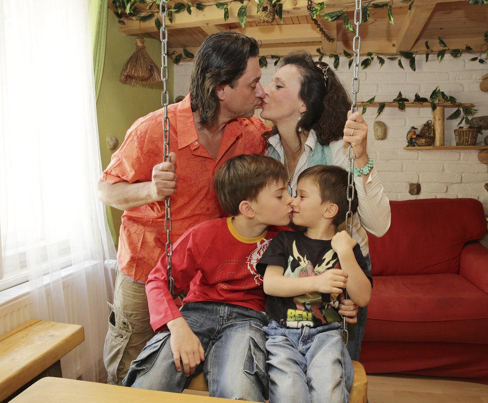 Filip s tátou, mámou a bráškou Viktorem.