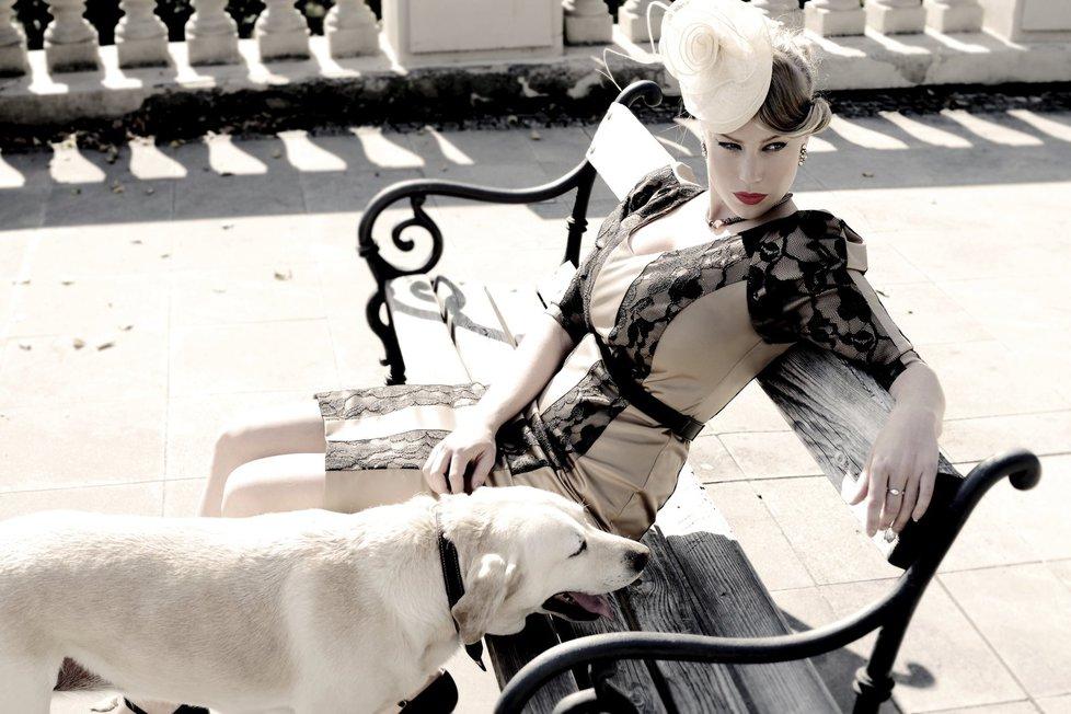 V kalendáři na podporu psích útulků to Anetě Krejčíkové sluší a to ani nemusela vystavovat svůj dekolt.