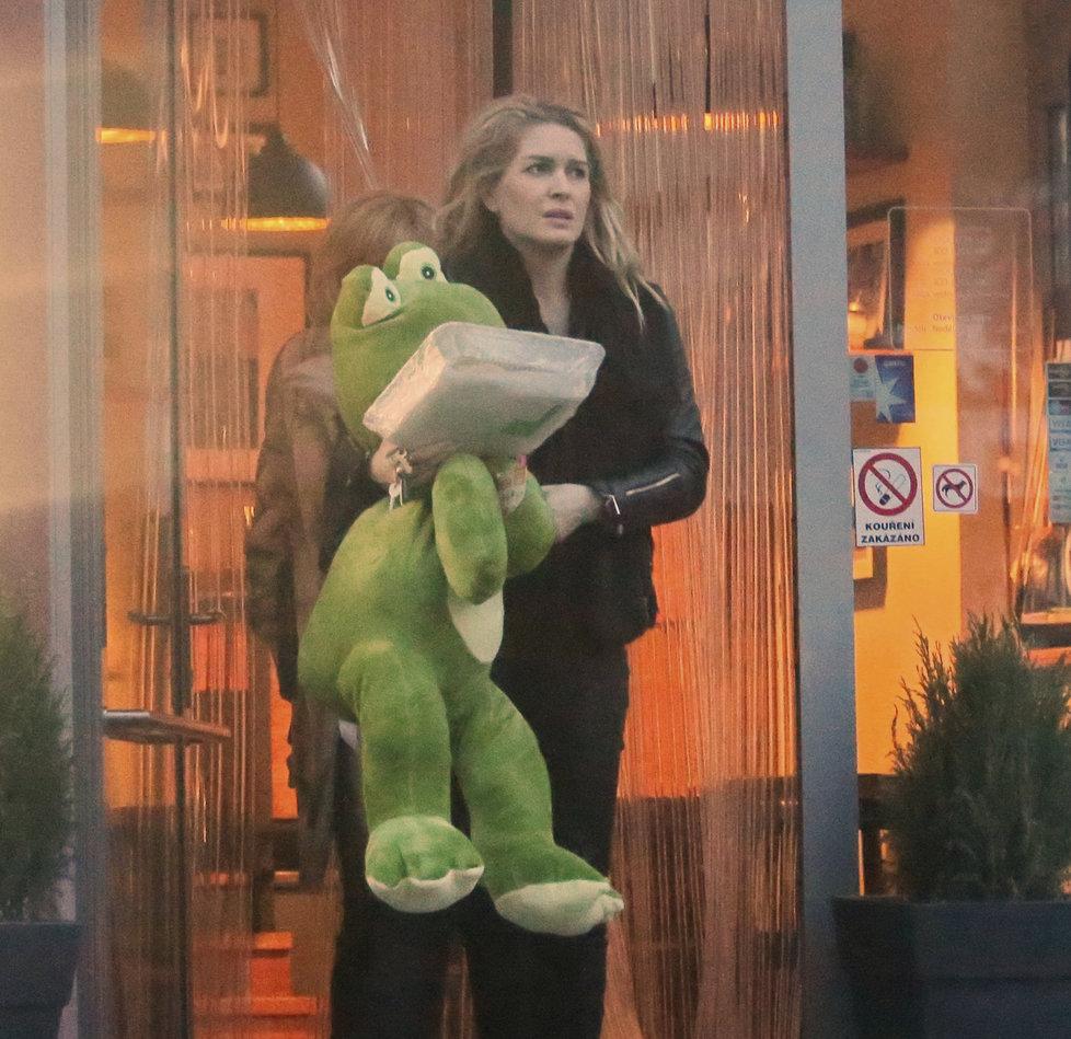 Olga Menzelová koupila své novorozené dceři Evě obrovského plyšáka.