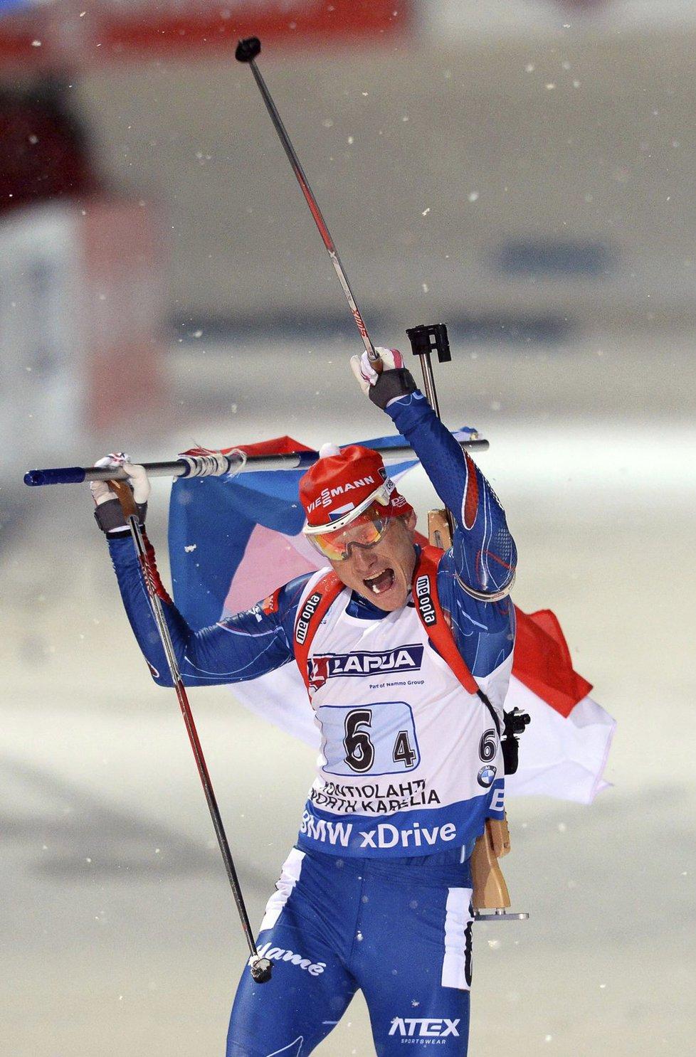 Slavící Ondřej Moravec právě projíždí cílem, kam jako první dovezl českou smíšenou štafetu na MS biatlonistů