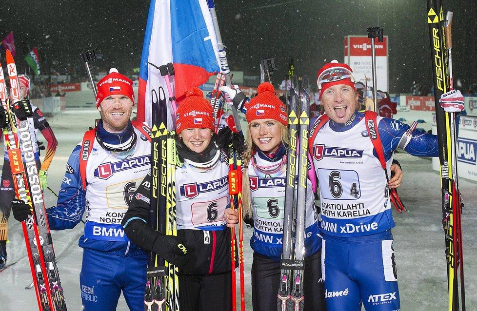 Michal Šlesingr, Veronika Vítková, Gabriela Soukalová a finišman Ondřej Moravec slaví zlatou medaili v závodě smíšených štafet na MS biatlonistů ve Finsku
