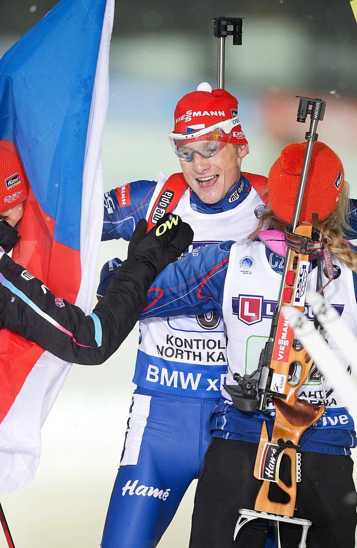 Veronika Vítková a Gabriela Soukalová se vrhají v cíli závodu smíšených štafet na Ondřeje Moravce