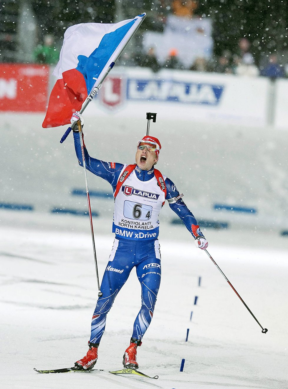 Zlatá euforie Ondřeje Moravce v cíli závodu smíšených štafet na mistrovství světa biatlonistů ve Finsku