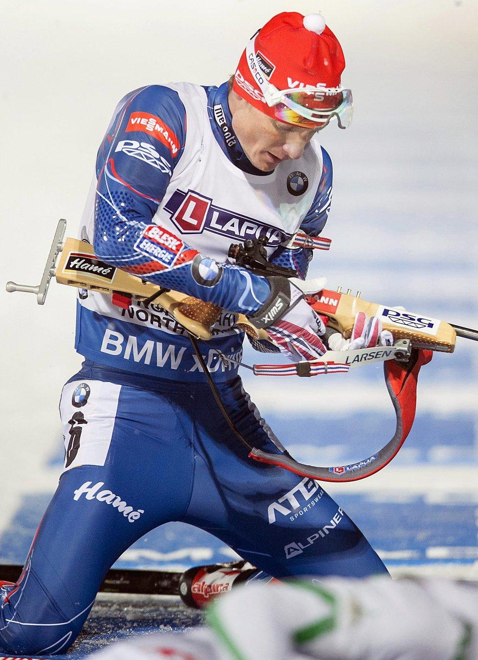 Ondřej Moravec se připravuje na střelbu vleže v závodě smíšených štafet na mistrovství světa biatlonistů