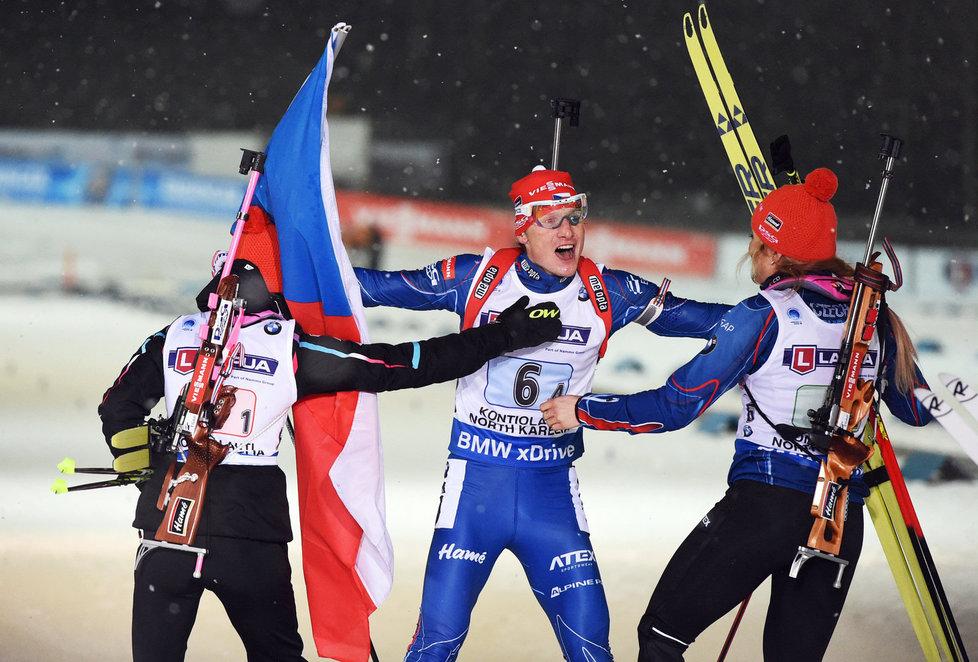 Veronika Vítková (vlevo) a Gabriela Soukalová se vrhají k finišmanovi české zlaté štafety Ondřeji Moravcovi