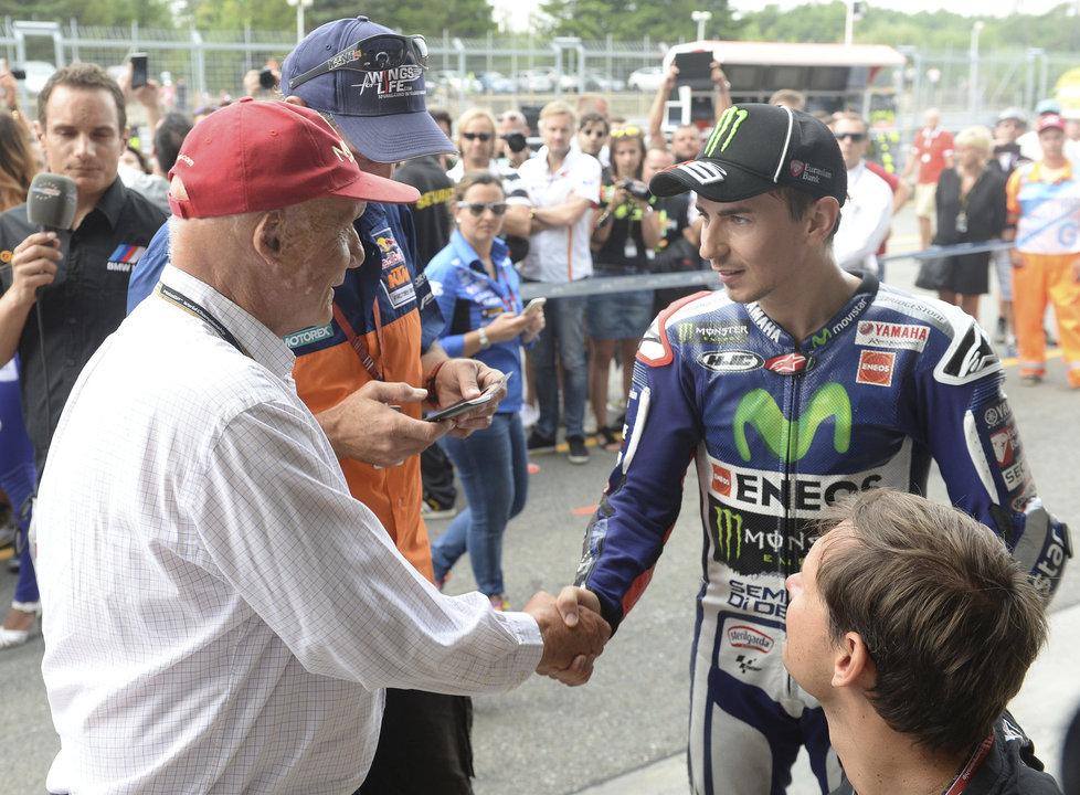 Niki Lauda si potřásá rukou Jorge Lorenzem před brněnskou Grand Prix