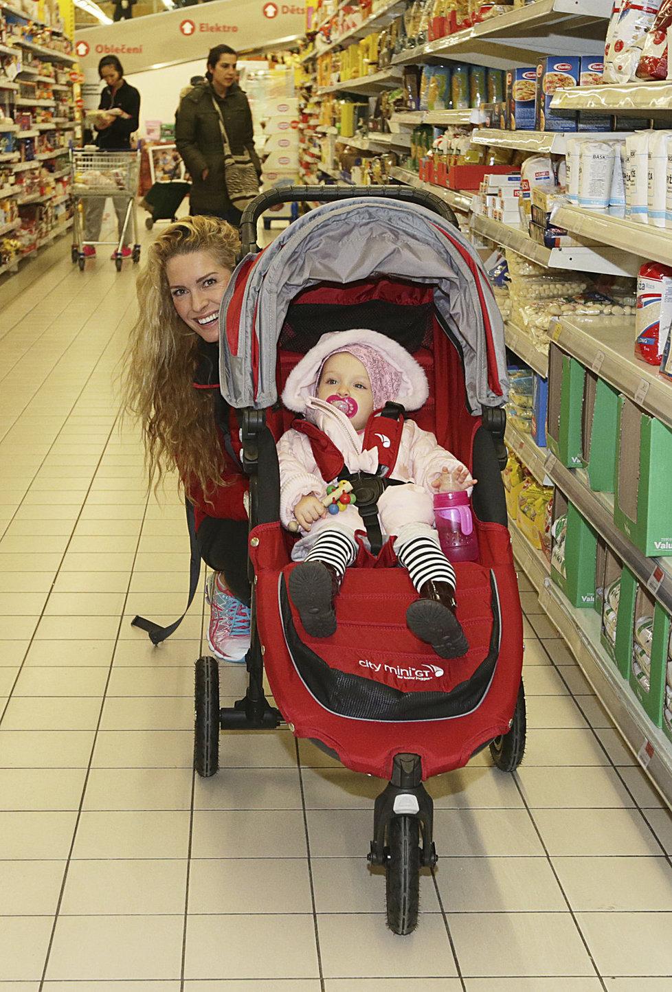 Olga Menzelová nakupovala pro charitu, pomáhala jí i mladší dcera.