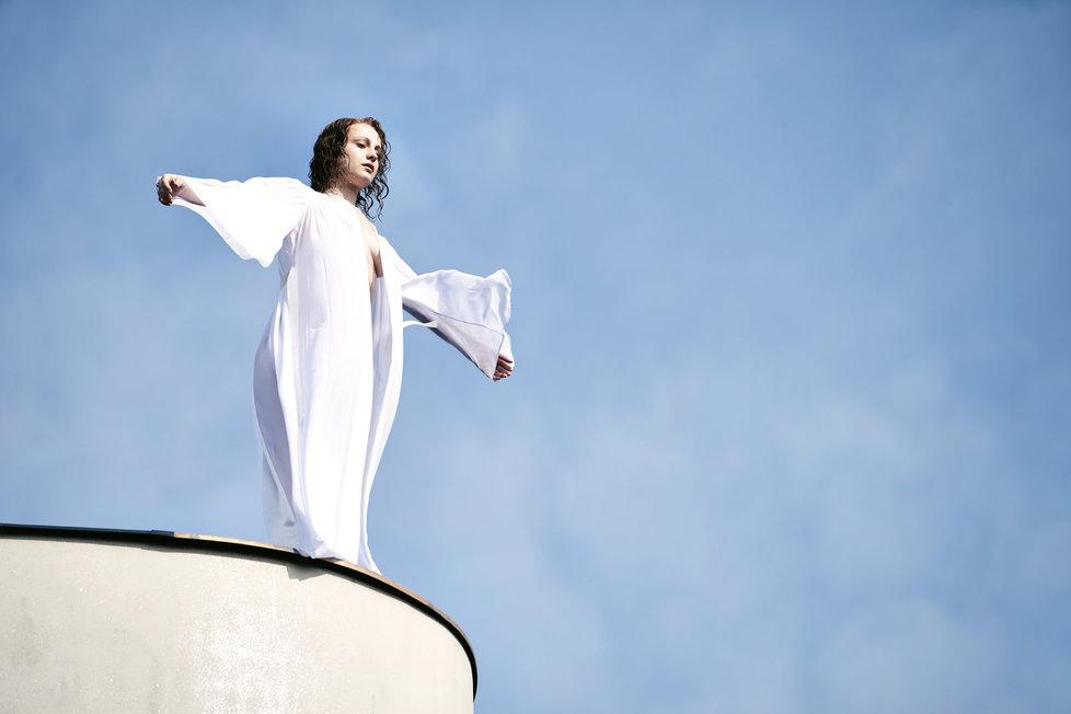 Anna Fialová stála skutečně na okraji střechy ve výšce čtrnácti metrů.