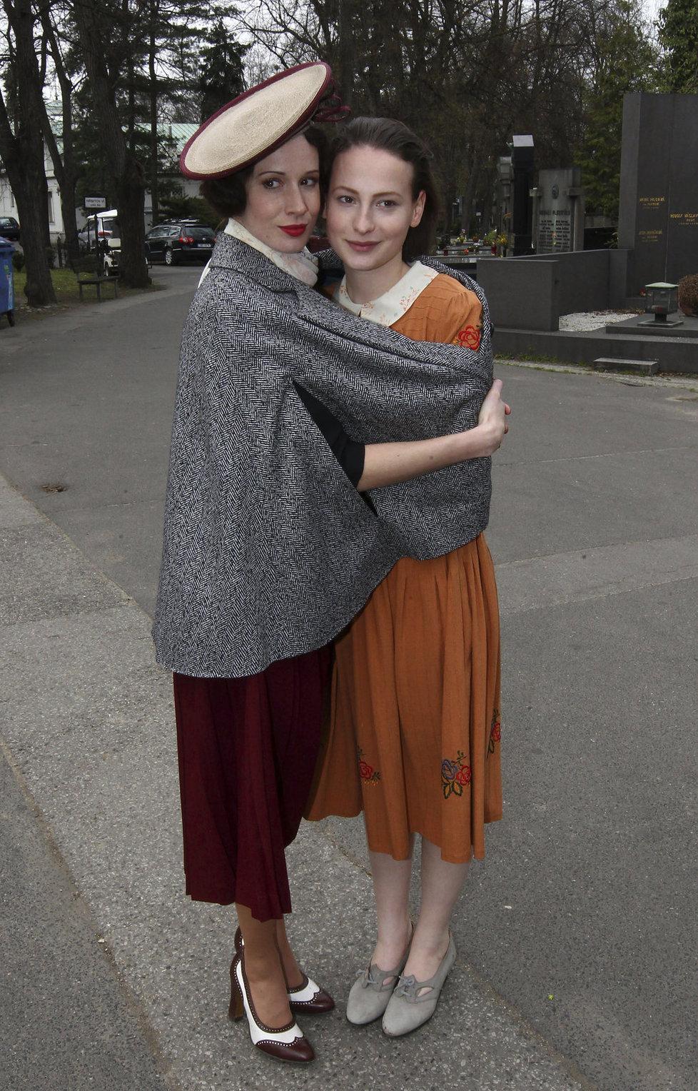 Na titulní roli si dělala zálusk i Anna Fialová (19), jejímž dědečkem je legendární Limonádový Joe Karel Fiala (90). Místo Lídy si nakonec střihla její sestru Zorku Janů.