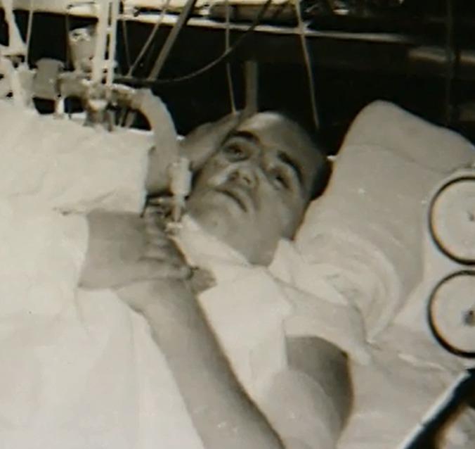 Duben 1990: Po probuzení z bezvědomí dokázal pohybovat jenom očima.