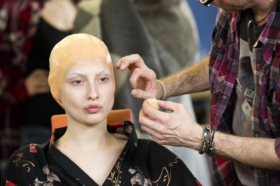 Tvoje tvář má známý hlas: Pod umělou plešku se Aničce musely precizně schovat vlasy.
