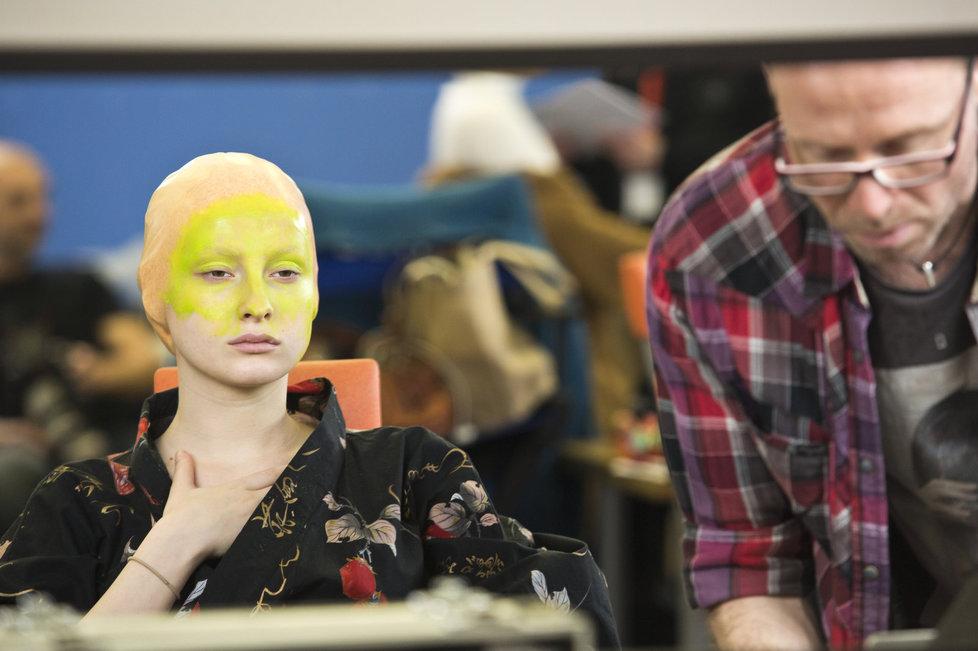 Tvoje tvář má známý hlas: Pomalými kroky se na hereččin obličej nanášela speciální barva.