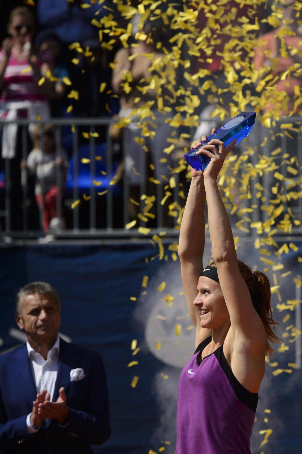 Tenistka Lucie Šafářová porazila ve finále turnaje Prague Open Australanku Samanthu Stosurovou 3:6, 6:1, 6:4 a získala svůj sedmý titul na okruhu WTA