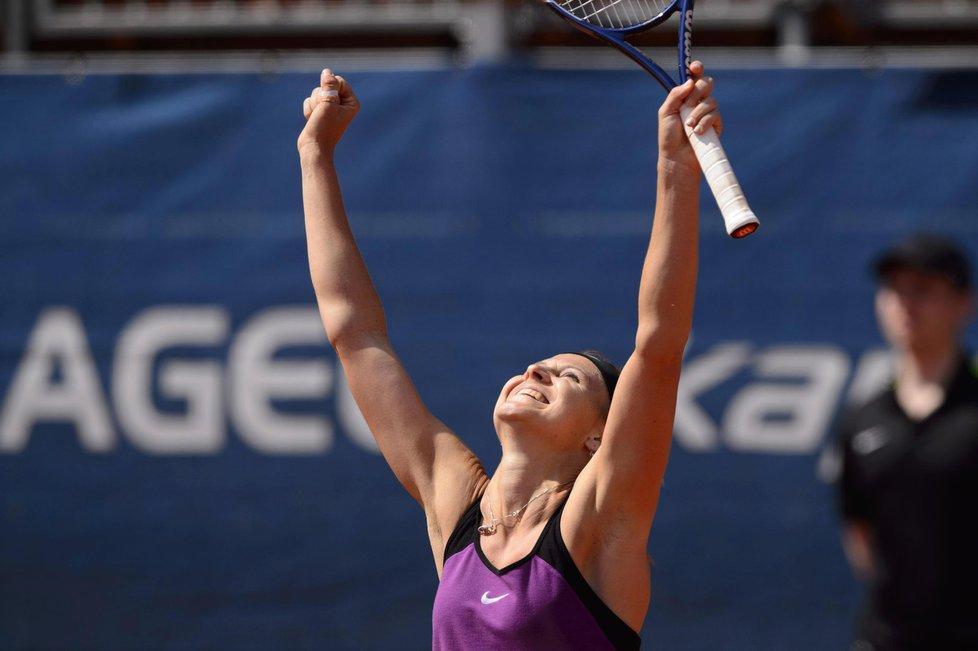 Tenistka Lucie Šafářová slaví triumf na Prague Open