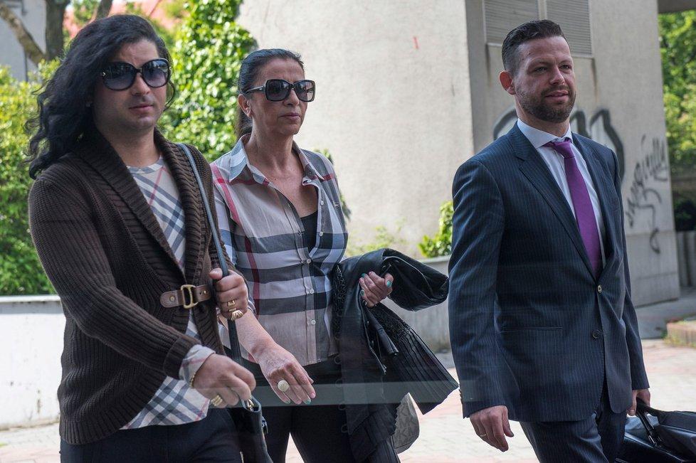 Nora Mojsejová s právníkem a mužem v dámském oblečení kráčí k soudu.