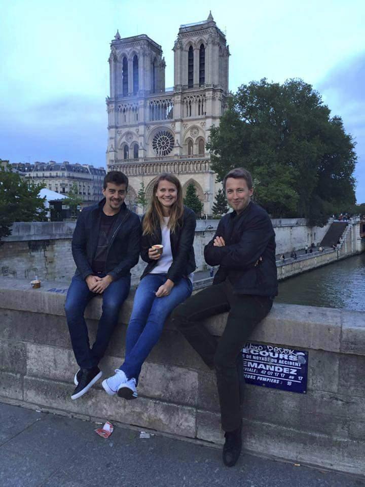 Zamilovaní ve městě lásky. Lucka Šafářová s Jakubem Lustykem u pařížské katedrály Notre Dame.