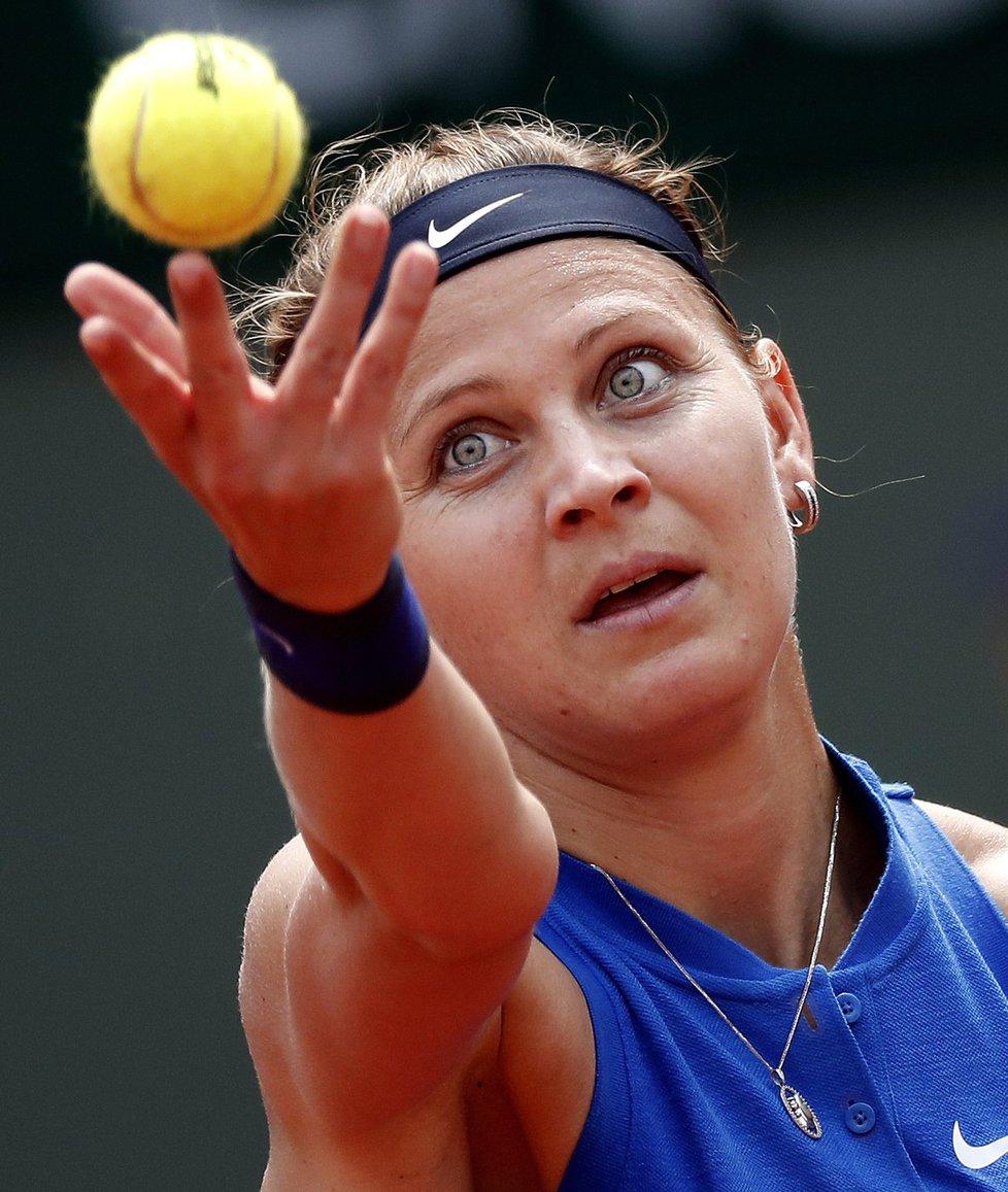 Lucie Šafářová podává ve 3. kole French Open