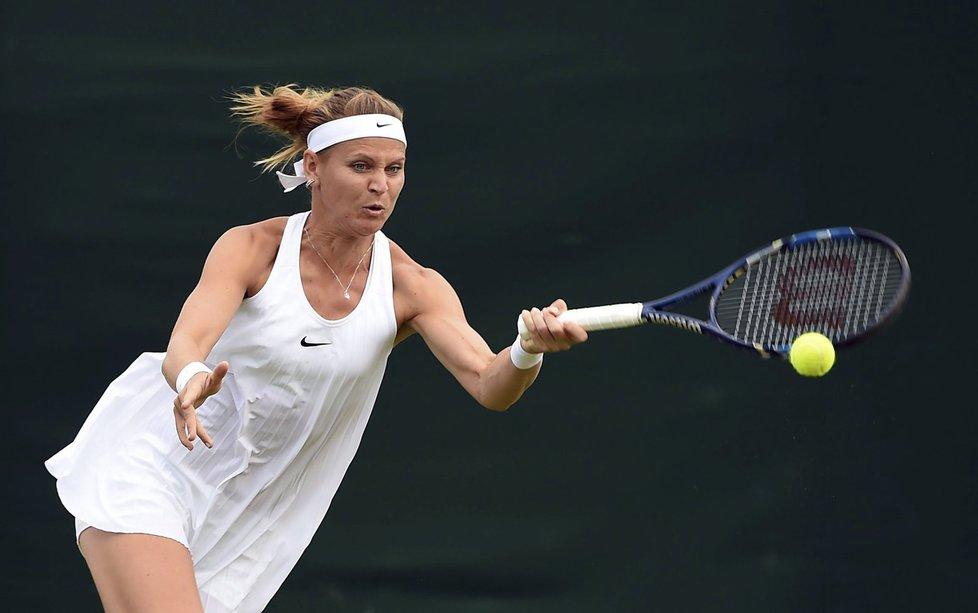Česká tenistka Lucie Šafářová v zápase proti své deblové parťačce Bethanie Mattekové-Sandsové