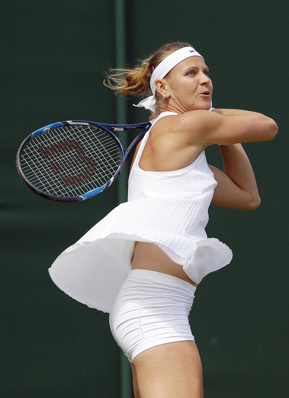 Česká tenistka Lucie Šafářová vydřela ve Wimbledonu výhru nad Slovenkou Čepelovou. Rozhodující sadu vyhrála 12:10.