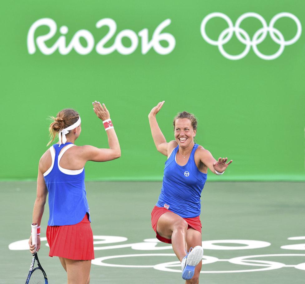 Lucie Šafářová a Barbora Strýcová se radují ze zisku bronzové olympijské medaile