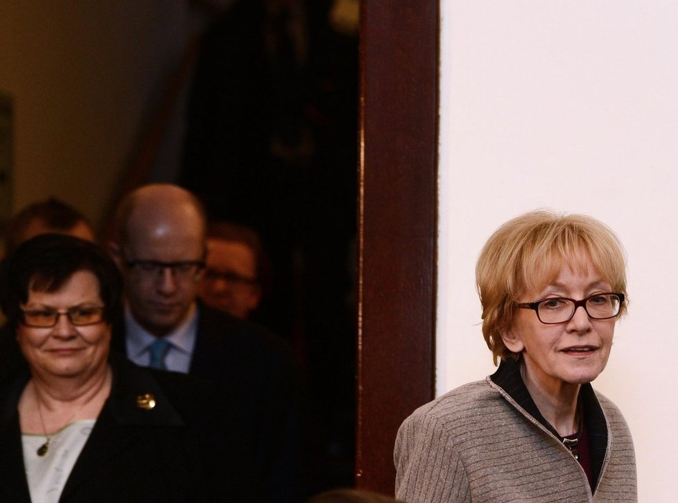 ministryně spravedlnosti Helena Válková. Vlevo její předchůdkyně Marie Benešová.