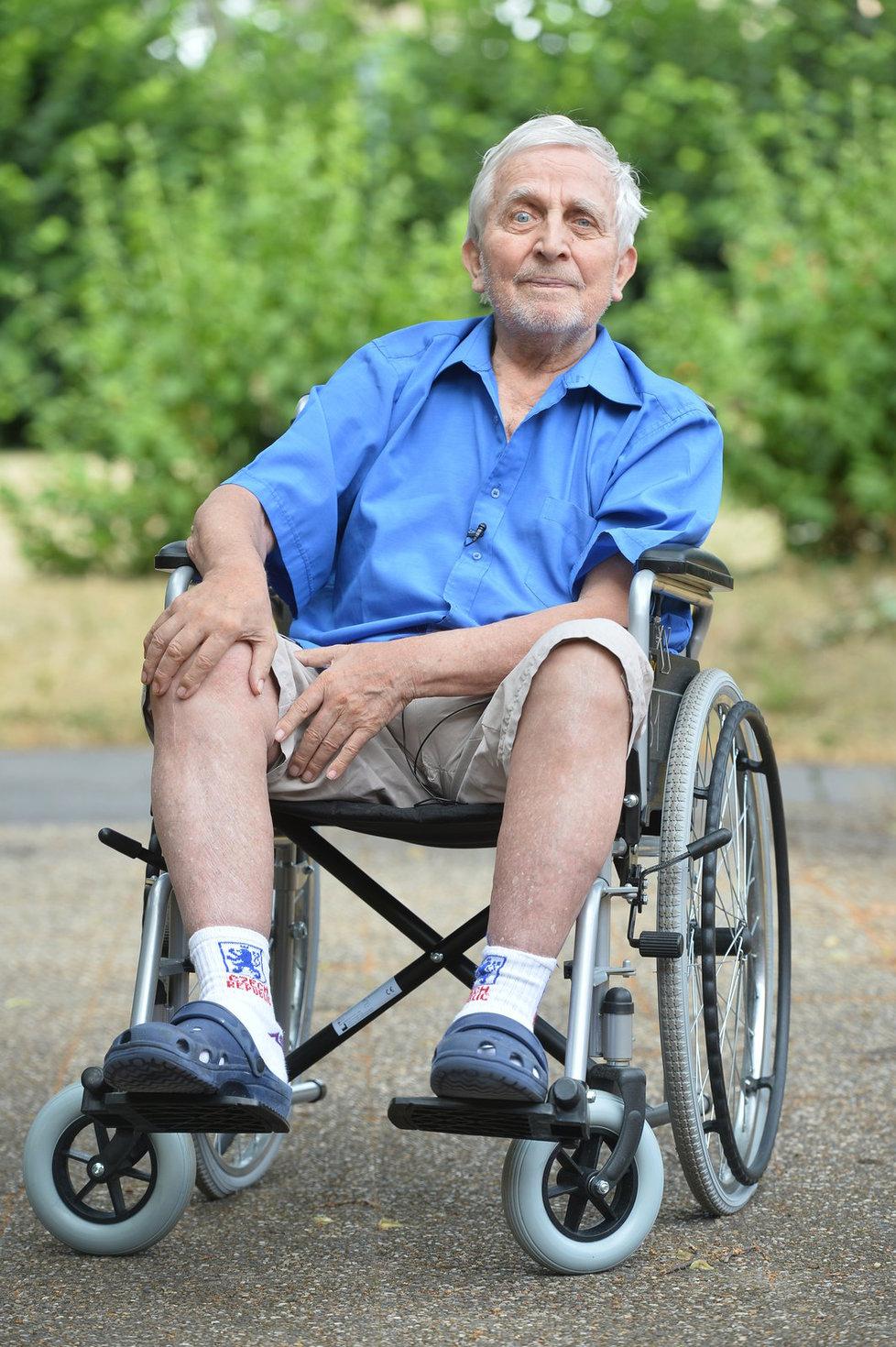 V doově důchodců se pohybuje jen na invalidním vozíčku.