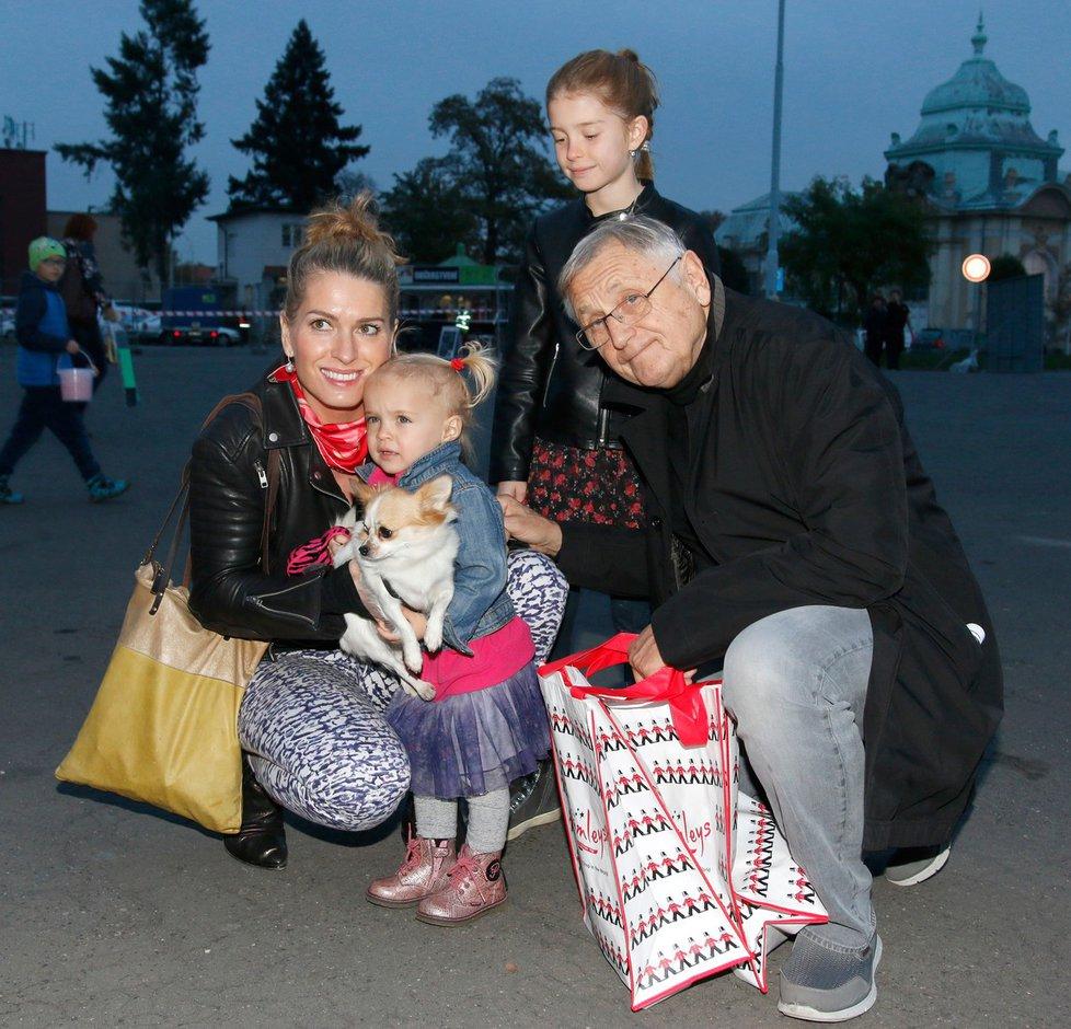 Menzelovi vyrazili s dcerami na výstavu hraček.