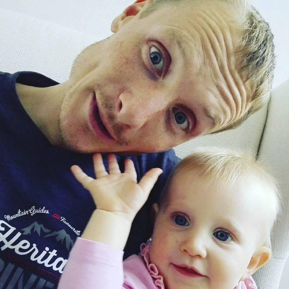 Biatlonista Ondřej Moravec s dcerkou Rozálkou