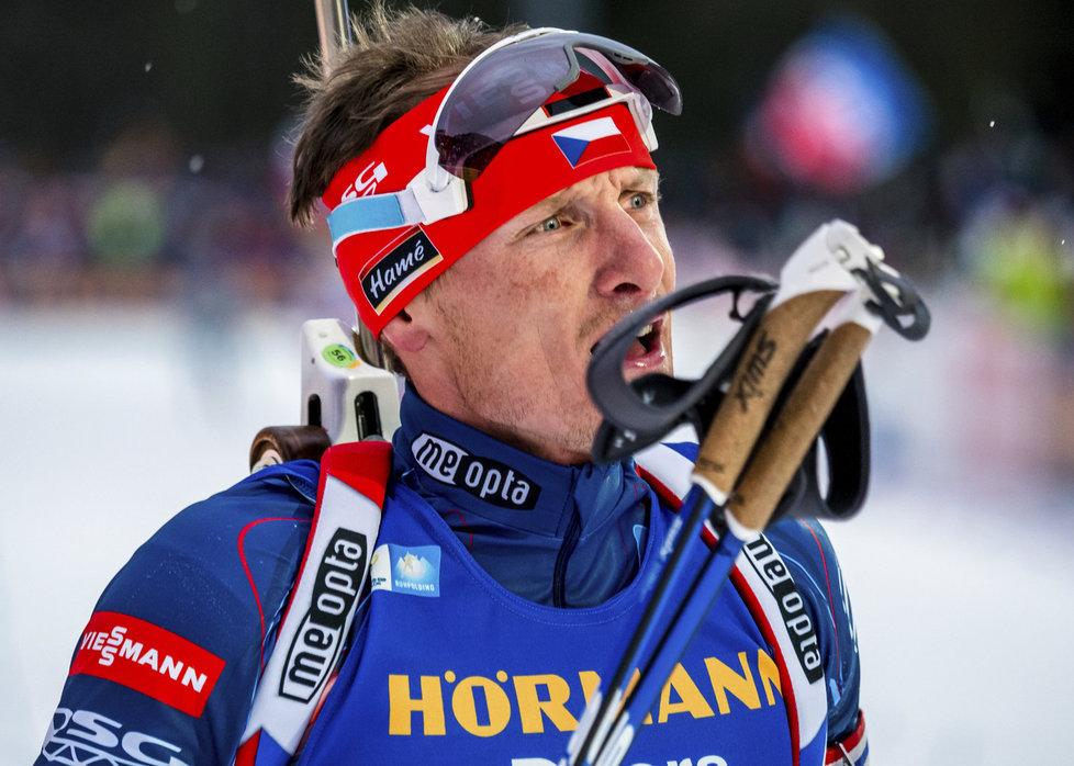 Ondřej Moravec v cíli sprintu SP v Ruhpoldingu, kde jen těsně postoupil do stíhačky