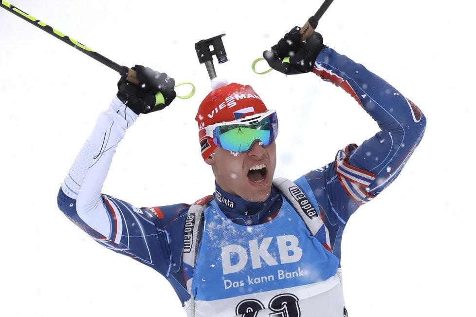 Český biatlonista Michal Krčmář slaví své třetí místo ve stíhačce SP v Ruhpoldingu