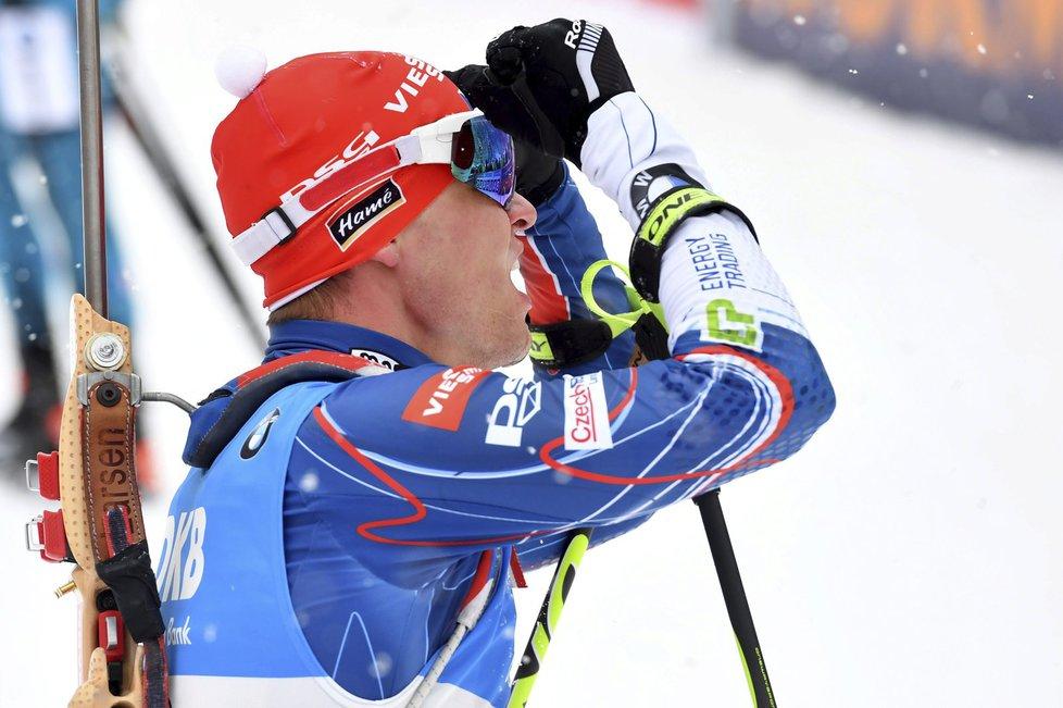 Michal Krčmář slaví svou bronzovou medaili ve stíhačce SP v Ruhpoldingu