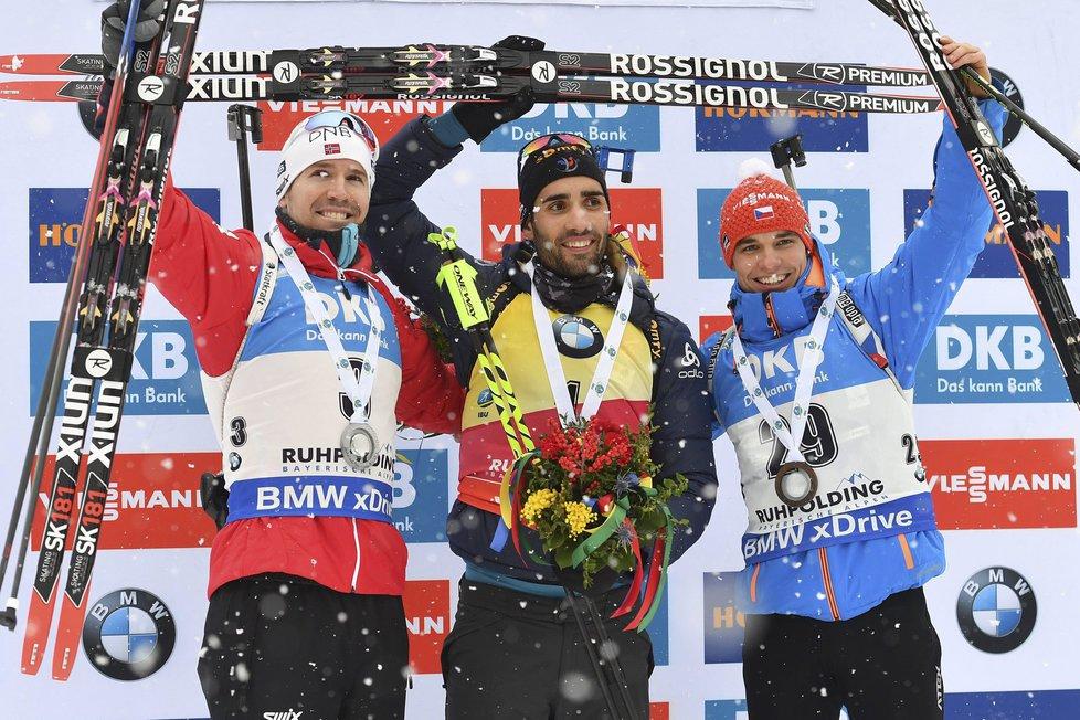 Krásný pohled na stupně vítězů stíhačky SP v Ruhpoldingu: stříbrný Nor Svendsen, vítězný suverén Fourcade a novic Michal Krčmář